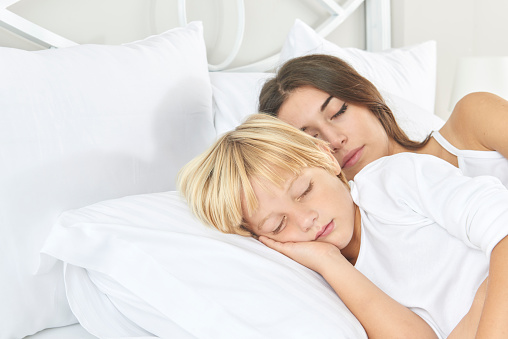 Mutter Mit Sohn Im Bett