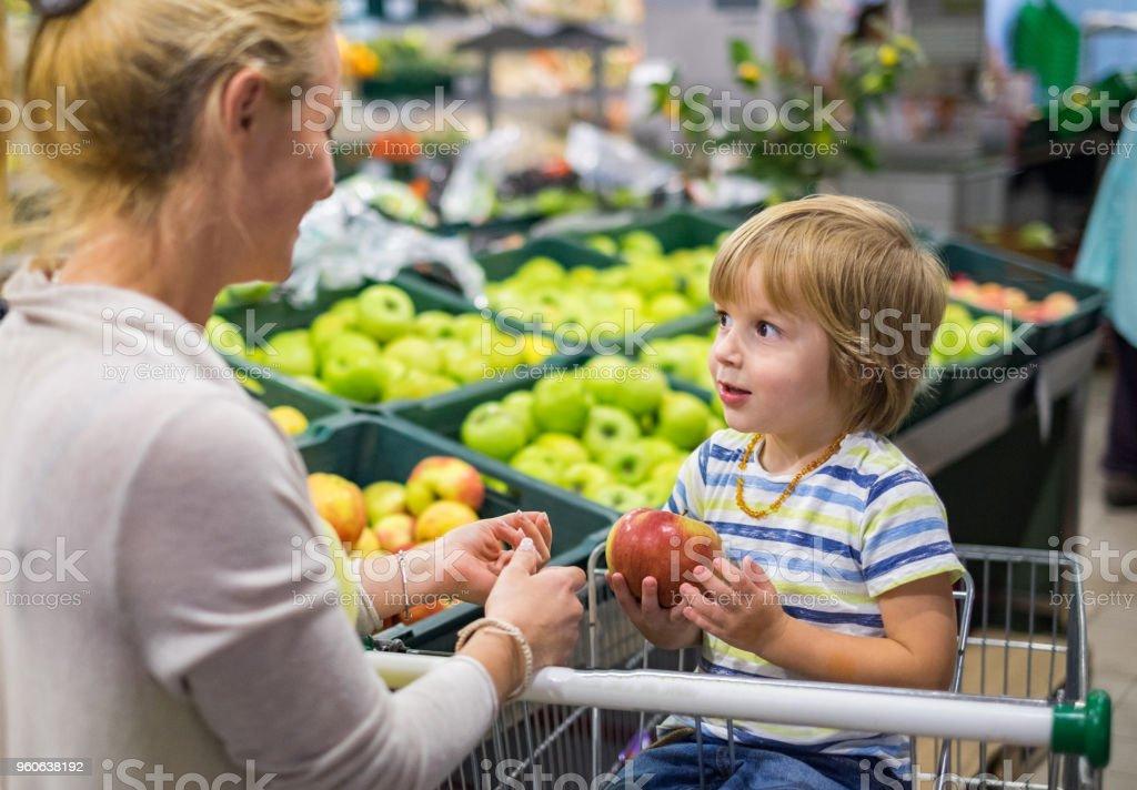 Mãe e filho junto na loja apple picking - foto de acervo