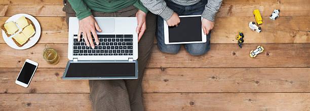 Mutter und Sohn benutzt Laptop und tablet-pc – Foto