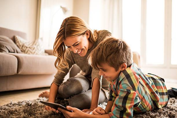 Mutter und Sohn mit tablet PC – Foto