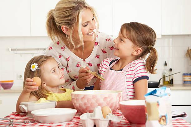 mutter und zwei frauen backen in der küche - 3 zutaten kuchen stock-fotos und bilder