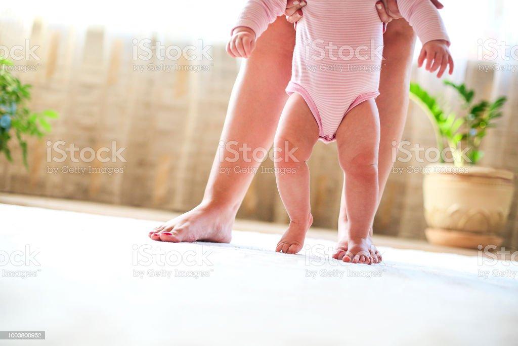 Mutter und zu Fuß Babymädchen Nahaufnahme – Foto