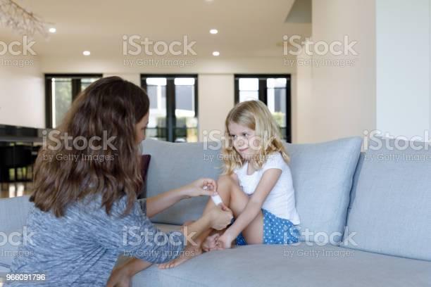 Mutter Tochter Pflaster Zuweisen Stockfoto und mehr Bilder von 6-7 Jahre