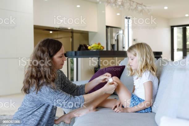 Mor Ansöker Självhäftande Bandage Till Dotter-foton och fler bilder på 6-7 år