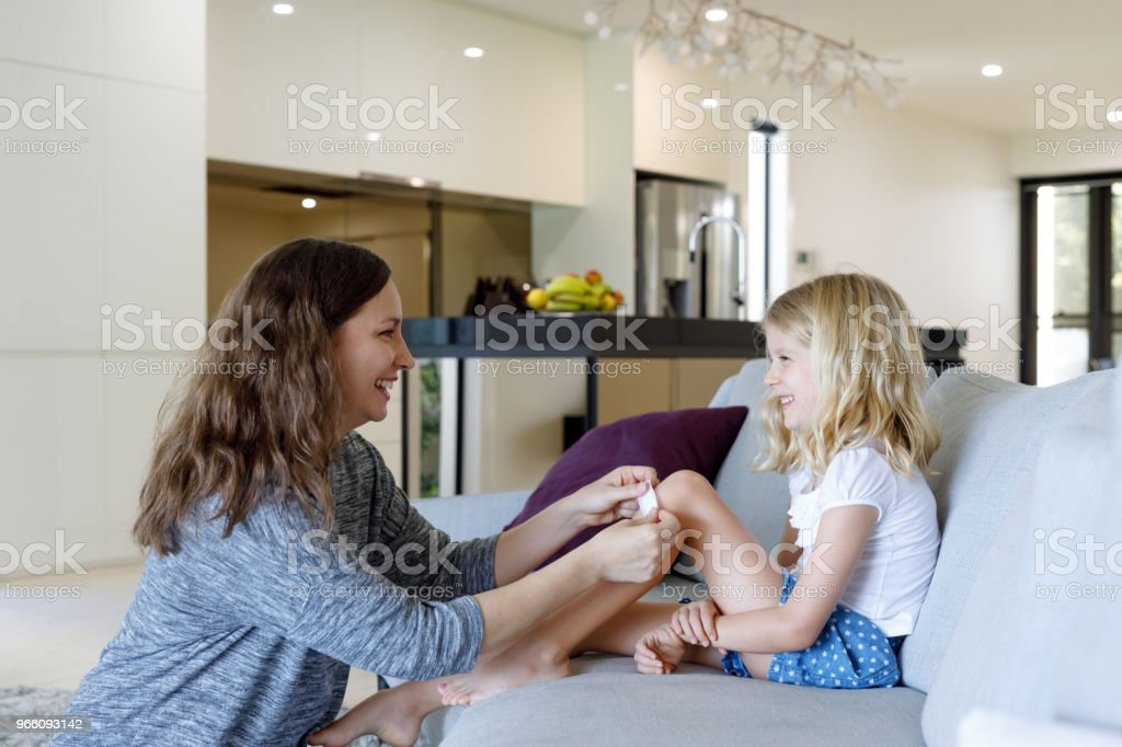Mutter Tochter Pflaster zuweisen - Lizenzfrei 6-7 Jahre Stock-Foto