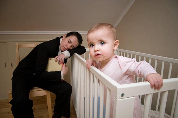 mutter mit baby schlafen im kinderbett wach und beobachten - fails zum thema eltern stock-fotos und bilder