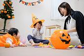 お母さんと、赤ちゃんと幼児ハロウィーン パーティーを楽しんで