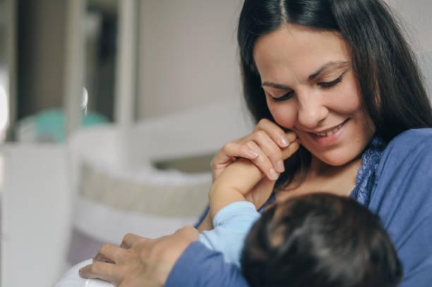 Mutter stillt ihr neugeborenes Baby Junge – Foto