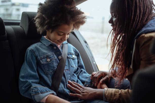 Mutter knickt auf Kind in Auto-Sicherheitssitz – Foto