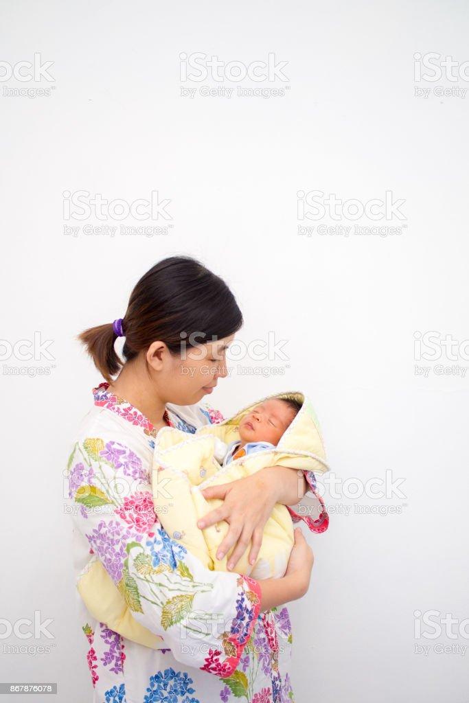 Mãe carregando seu bebê foto royalty-free