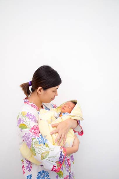 Mãe carregando seu bebê - foto de acervo
