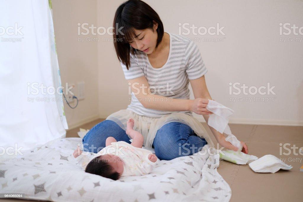 おむつの母 - 1歳未満のロイヤリティフリーストックフォト