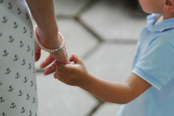 mutter, kind, junge, frau hände berühren, liebe und sorgfalt, kinder - ring anleitung stock-fotos und bilder