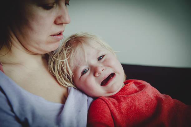 Mutter trösten, Weinen, kleines Baby, Erziehung-Konzept – Foto