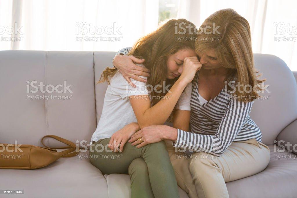 母親安慰她十幾歲的女兒,母親 免版稅 stock photo