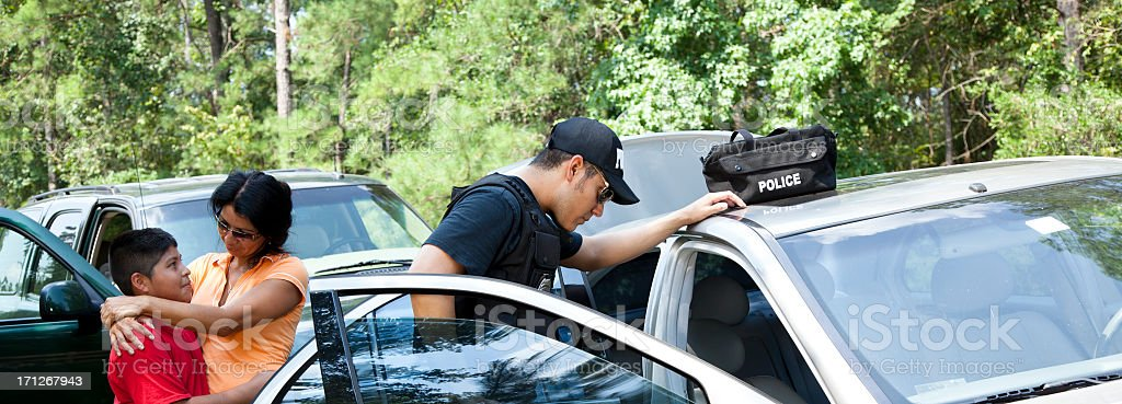 Mãe Consolando filho como polícia inspecionar o veículo. - foto de acervo