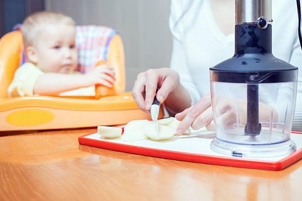 Madre cocinar en licuadora habitación puro para bebé - foto de stock