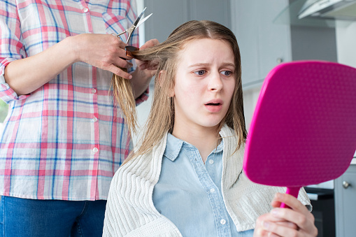 Mutter Schneiden Unglücklich Teenage Töchter Haare Zu Hause Während Lockdown Stockfoto und mehr Bilder von 14-15 Jahre