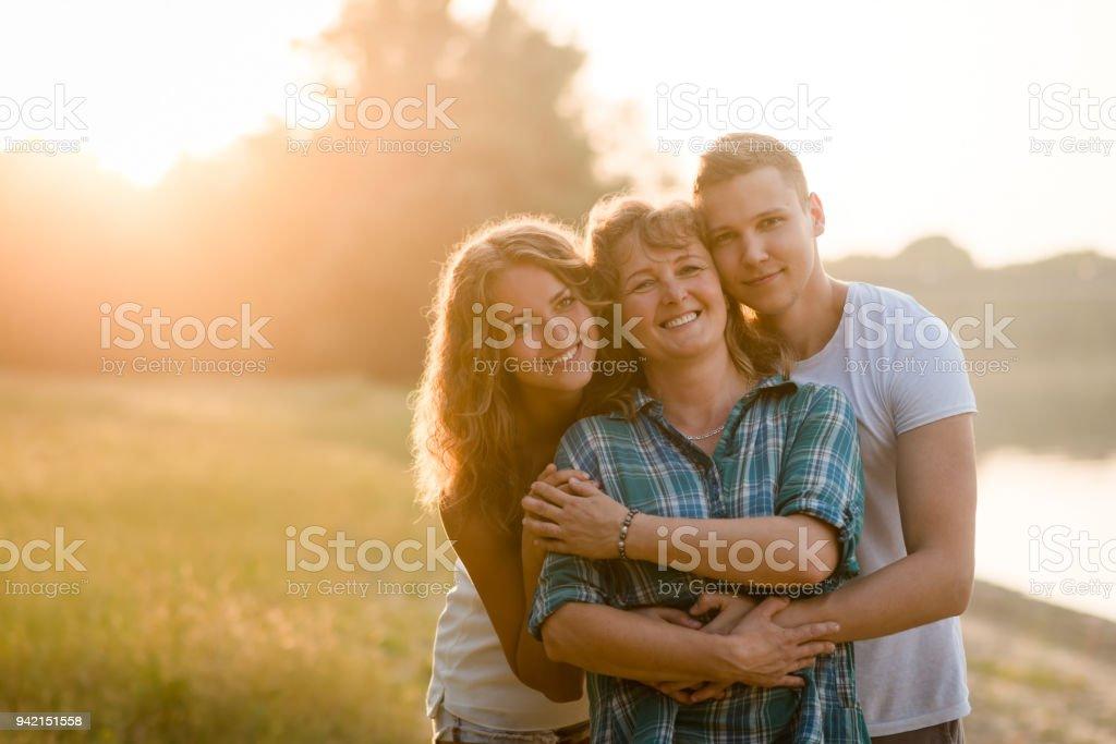 Mutter, Tochter und Sohn zusammen posieren. Familie Kleben. – Foto