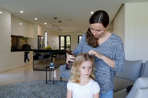 Mutter Dabei Kopf Läuse Inspektion Auf Tochter Stockfoto und mehr Bilder von 6-7 Jahre