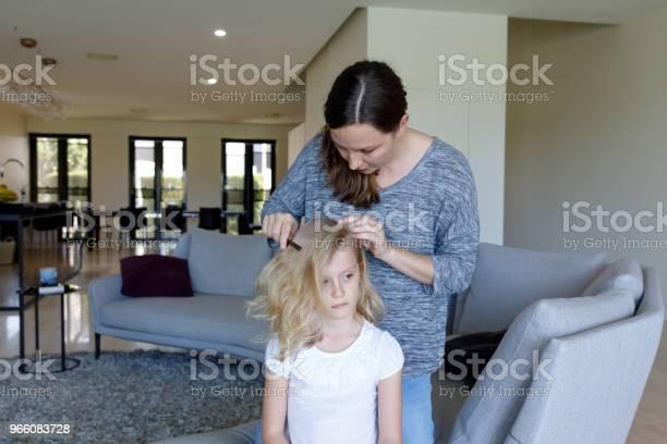 Mor Gör Huvudet Löss Inspektion På Dotter-foton och fler bilder på 6-7 år