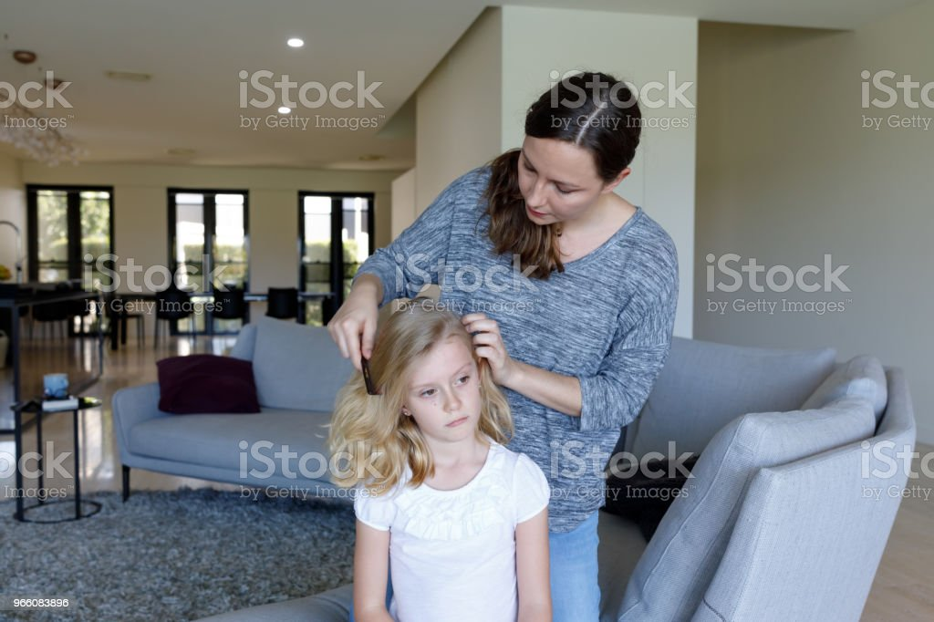 Mother Doing Head Lice Inspection On Daughter - Royalty-free 6-7 Anos Foto de stock