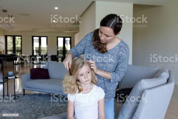 Mother Doing Head Lice Inspection On Daughter - Fotografias de stock e mais imagens de 6-7 Anos