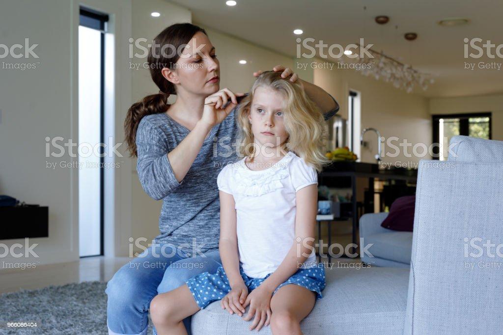 Mutter dabei Kopf Läuse Inspektion auf Tochter - Lizenzfrei 6-7 Jahre Stock-Foto