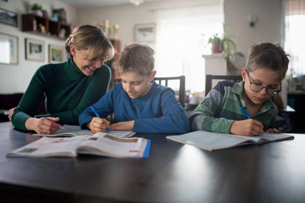 Mutter macht Hausaufgaben mit ihren Söhnen – Foto