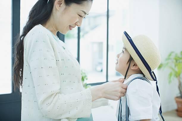 mother ドレッシングの息子を学校 - 小学校 ストックフォトと画像