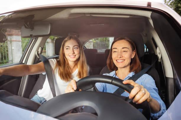 Mutter mit Tochter auf dem Beifahrersitz fahren – Foto