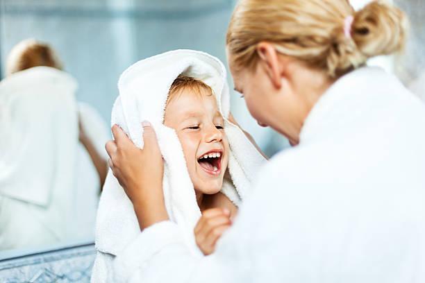 mutter trocknen bis sohn nach bad - kinder wc stock-fotos und bilder