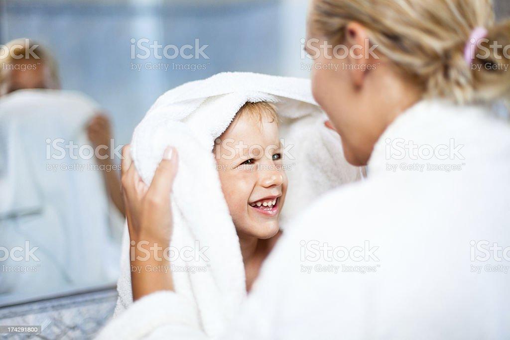 Mutter Trocknen Bis Sohn Nach Bad - Stockfoto   iStock
