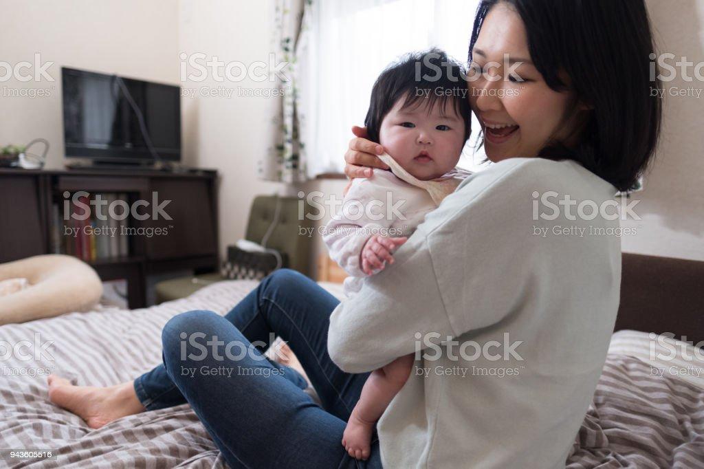 スリーピング ルーム母の受け入れ赤ちゃん ストックフォト