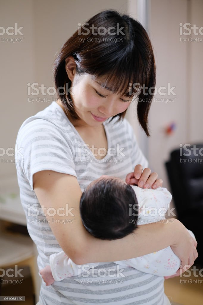 mother embracing newborn baby in arms - Royalty-free 0-1 Months Stock Photo