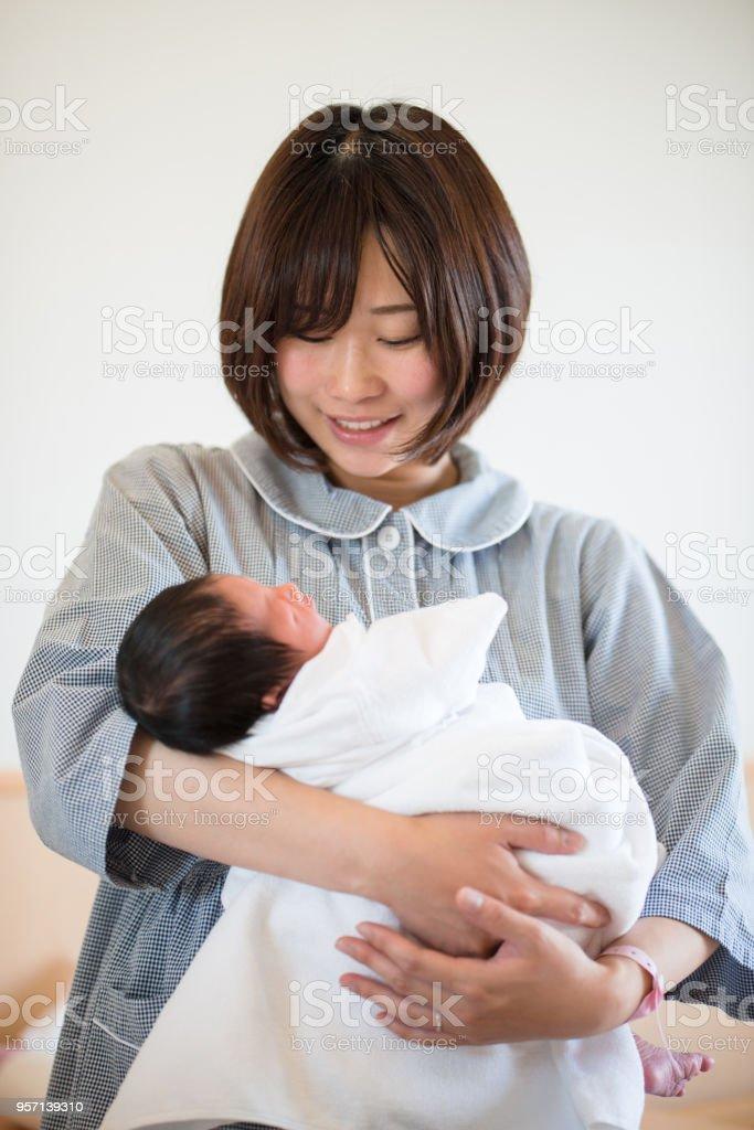 受け入れの生まれたばかりの赤ちゃんを母親します。 ストックフォト