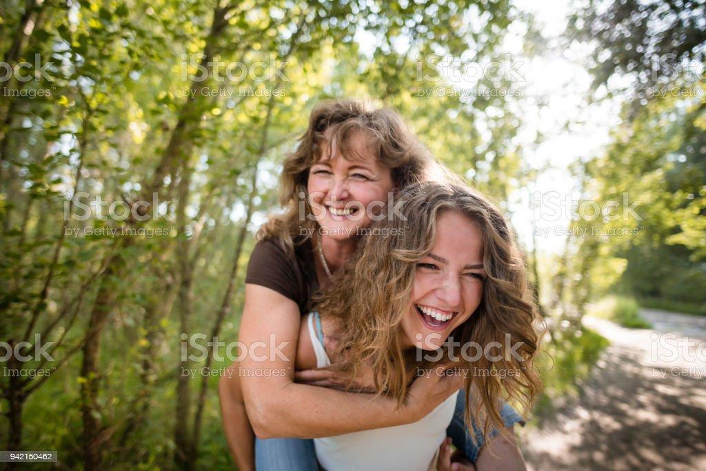 Mutter genießt Huckepack nehmen Fahrt auf dem Rücken der Töchter – Foto