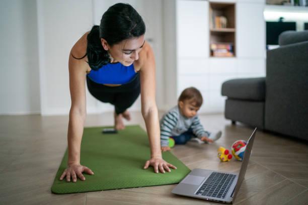 Mutter-Übung mit ihrem Baby zu Hause – Foto