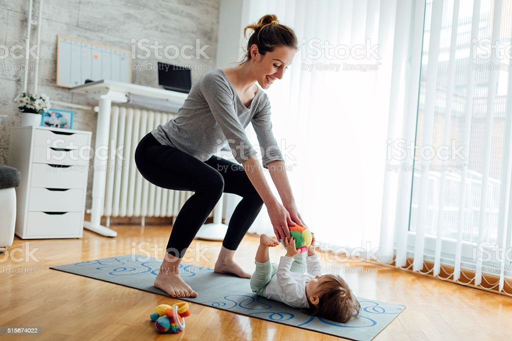 Exercícios mãe com seu bebê em casa - foto de acervo