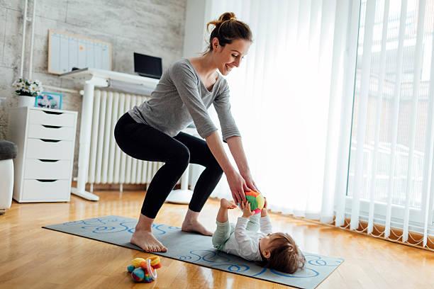 madre ejercicio con su bebé en casa - agacharse fotografías e imágenes de stock