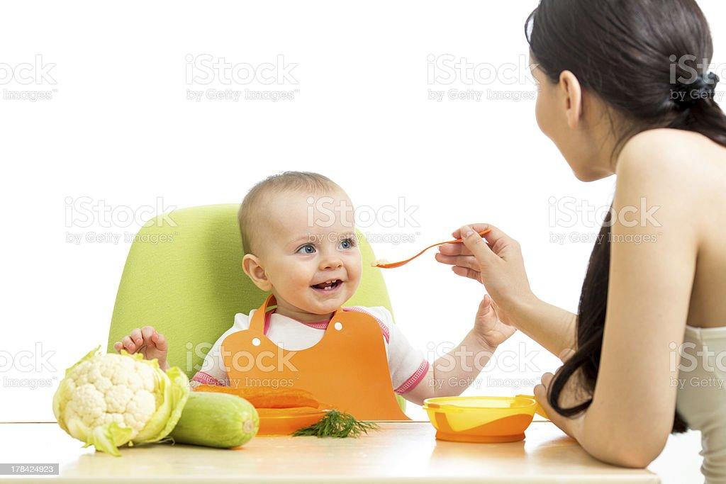 Mãe de alimentar o Bebê Menina - foto de acervo