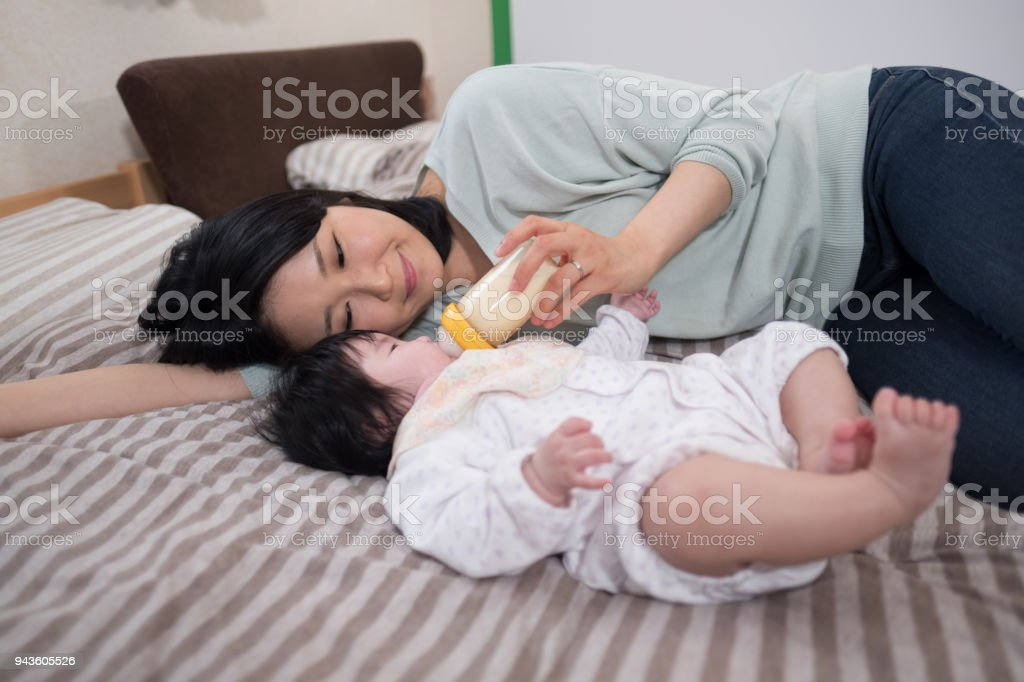 母親のミルクで授乳 ストックフォト