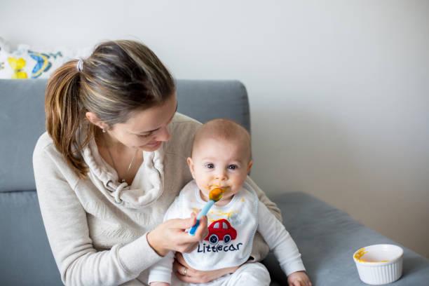 Mutter, füttern ihre Jungen mit gestampften pumpking – Foto
