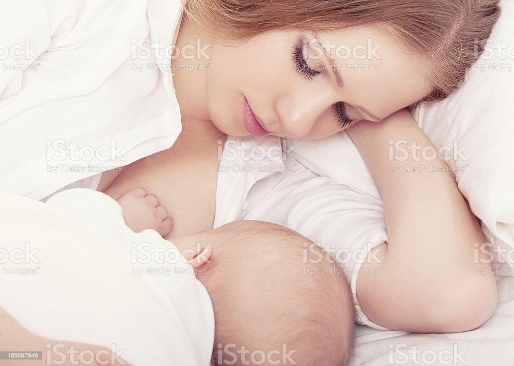 Madre de alimentar a su bebé en la King. dormir juntos - Foto de stock de Adulto libre de derechos
