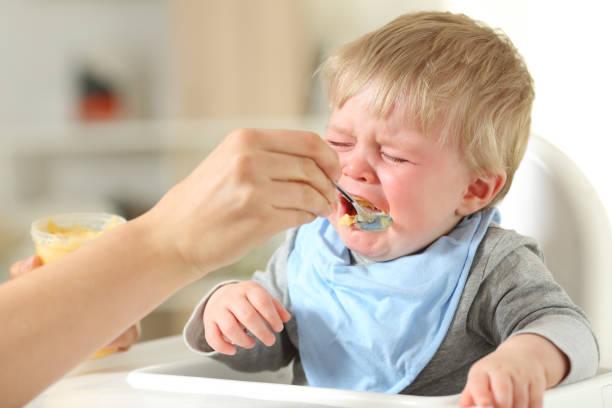 Mutter füttert seinen Sohn weint – Foto