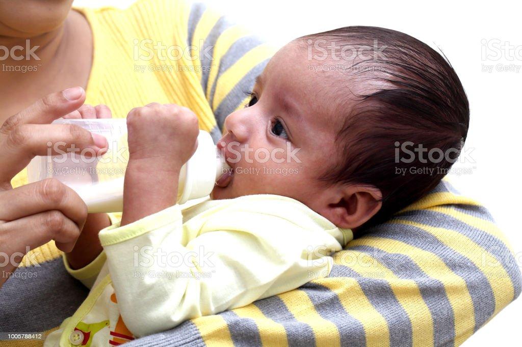 Mamma mata mjölk till nyfödd baby bildbanksfoto
