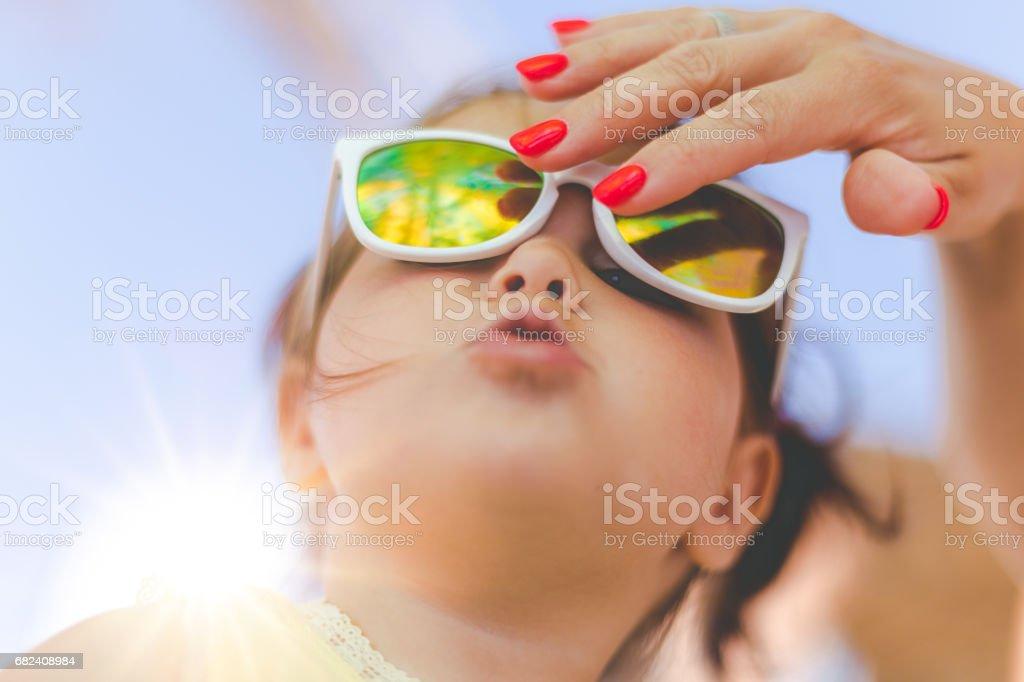 Mère de fixation lunettes de soleil de sa fille photo libre de droits