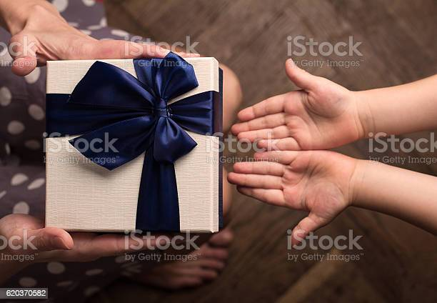 Mother giving a big gift boxes to her kid picture id620370582?b=1&k=6&m=620370582&s=612x612&h=c5gnhndrwooipfdsrc02tpreosflxydqioksrtrihuw=