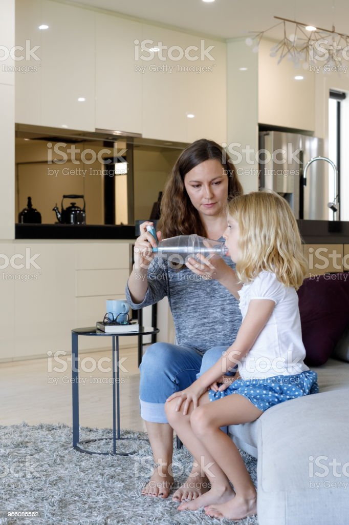 Mother Giving Asthma Treatment To Asthmatic Daughter - Royalty-free 6-7 Anos Foto de stock