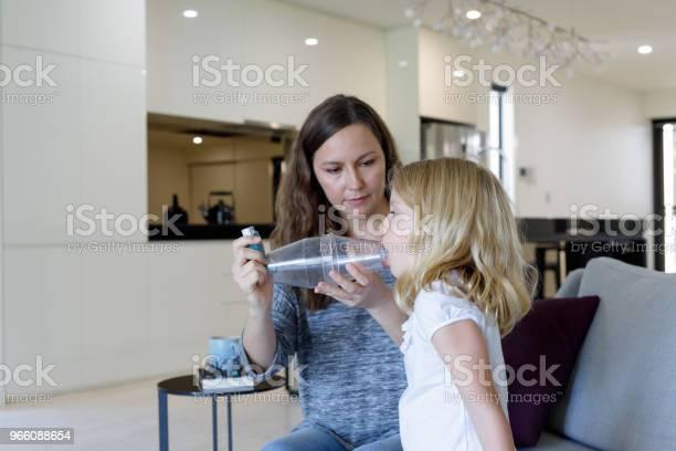 Mor Ger Astmabehandling Till Astmatiska Dotter-foton och fler bilder på 6-7 år